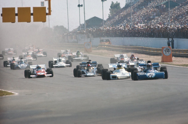 1972 Argentinian Grand Prix.  Buenos Aires, Argentina. 21st-23rd January 1972.  Jackie Stewart, Tyrrell 003 Ford, leads Carlos Reutemann, Brabham BT34 Ford, Denny Hulme, McLaren M19A Ford, Emerson Fittipaldi, Lotus 72D Ford, Clay Regazzoni, Ferrari 312B2, François Cevert, Tyrrell 002 Ford, and Ronnie Peterson, March 721 Ford, at the strat.  Ref: 72ARG50. World Copyright: LAT Photographic