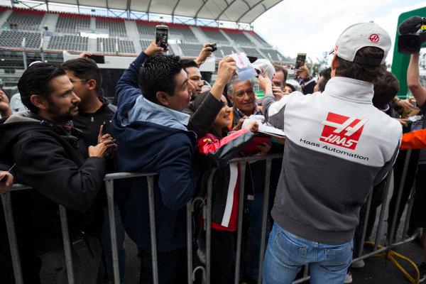 Autodromo Hermanos Rodriguez, Mexico City, Mexico. Thursday 27 October 2016. Esteban Gutierrez, Haas F1, signs autographs for fans. World Copyright: Andrew Hone/LAT Photographic ref: Digital Image _ONZ0099