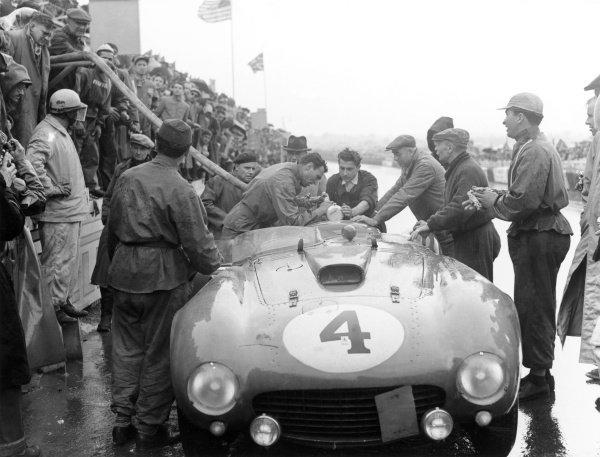 1954 Le Mans 24 hours.Le Mans, France. 12-13 June 1954.Jose Froilan Gonzalez/Maurice Trintignant (Ferrari 375 Plus), 1st position. Pitstop.World Copyright: LAT PhotographicRef: Print
