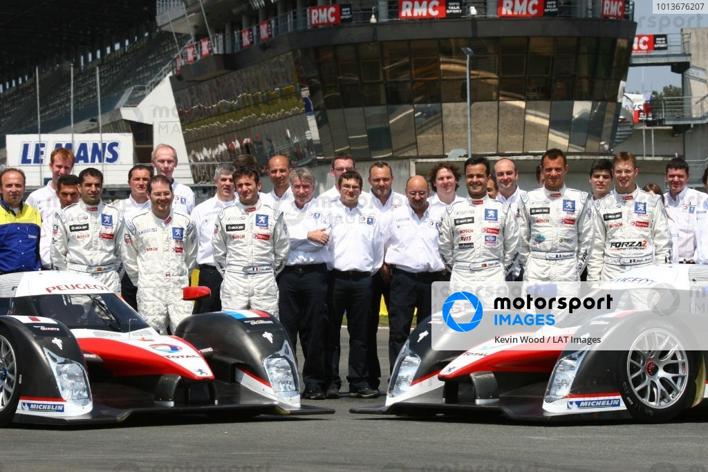 2nd and 3rd June 2007.Le Mans, France.Sunday Test DayMarc Gene (ESP)/Nicolas Minassian (GBR)/Jacques Villeneuve (CAN) and Pedro Lamy (PRT)/Stephane Sarrazin (FRA)/Sebastien Bourdais (FRA) with (no 7 and no 8 Peugeot 908 Hdi FAP) team photo.World Copyright: Kevin Wood/LAT Photographic. ref: Digital Image IMG_1603