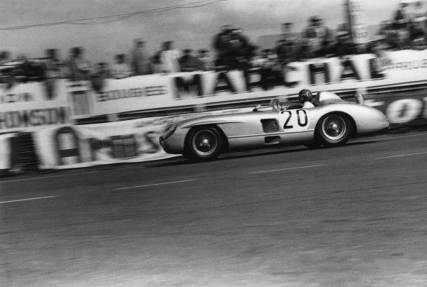 Le Mans, France. 11th - 12th June 1955 Pierre Levegh/John Fitch (Mercedes-Benz 300 S), Fatal accident, retired, action. World Copyright: LAT Photographic Ref: B/W Print.