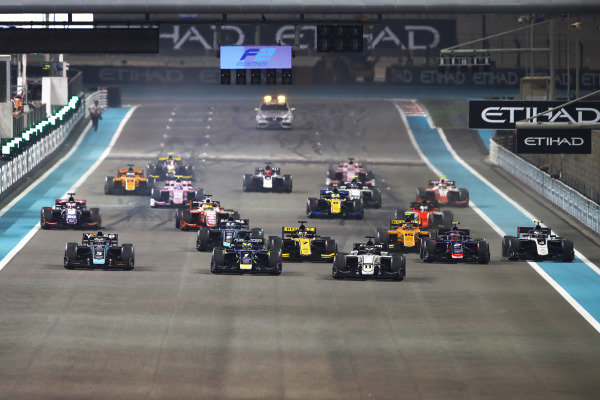 Callum Ilott (GBR, SAUBER JUNIOR TEAM BY CHAROUZ), leads at the start of the race