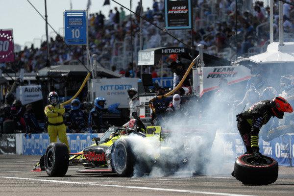 #18 Santino Ferrucci, Dale Coyne Racing with Vasser Sullivan Honda, pit stop
