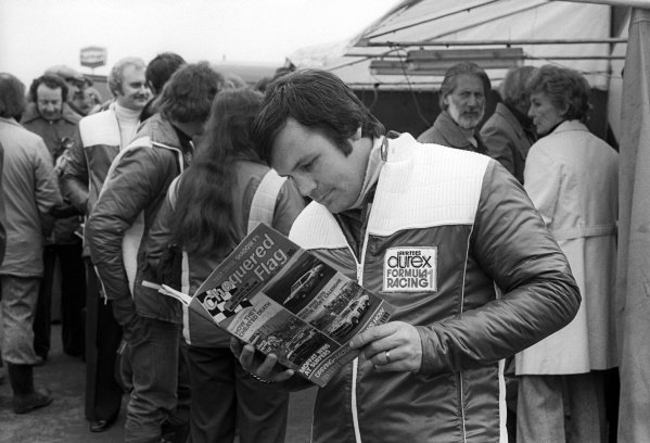 Second placed Alan Jones (AUS) Surtees, reads Chequered Flag magazine in the paddock.Non-Championship Formula One, Race of Champions, Brands Hatch, England, 14 March 1976.