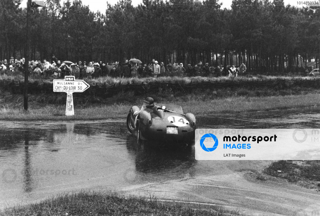 1958 Le Mans 24 hours. Le Mans, France. 21st - 22nd June 1958. Phil Hill/Olivier Gendebien (Ferrari 250TR), 1st position, spins in the rain, action. World Copyright: LAT Photographic. Ref:  21658C - 5A-6.
