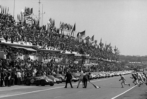 Drivers sprint for their cars at the start of the race. Le Mans 24 Hours, Le Mans, France, 16-17 June 1963.