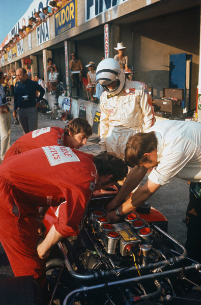 Monza, Italy. 4th - 6th September 1970. Jochen Rindt (Lotus 72C-Ford), during practice before his fatal accident. Eddie Dennis, Herbie Blash and chief mechanic, Dick Scammell prepare the car in the pits, portrait. World Copyright: LAT Photographic Ref: 70 ITA 22.