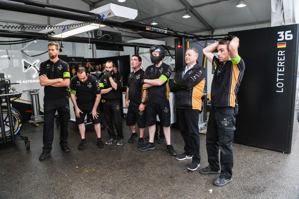 Andre Lotterer's (DEU), DS TECHEETAH team commiserate in the garage after their last lap retirement