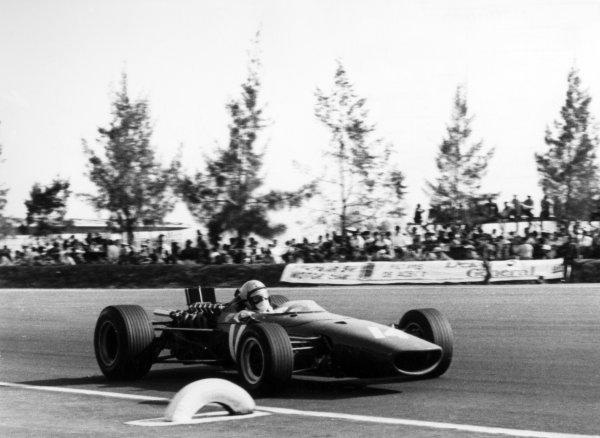 1967 Mexican Grand Prix.Mexico City, Mexico. 22 October 1967.Bruce McLaren, McLaren M5A-BRM, 13th position, action.World Copyright: LAT PhotographicRef: Autosport b&w print