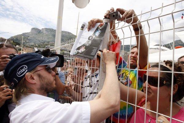 2008 Monaco Grand Prix - WednesdayMonte Carlo, Monaco.21st May 2008.Nick Heidfeld, BMW Sauber F1 08, signs some autographs for fans. Portrait. Atmosphere. World Copyright: Glenn Dunbar/LAT Photographic.ref: Digital Image _O9T3537