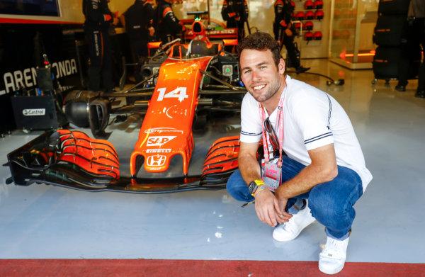Yas Marina Circuit, Abu Dhabi, United Arab Emirates. Sunday 26 November 2017. Cyclist Mark Cavendish with Fernando Alonso's McLaren. World Copyright: Steven Tee/LAT Images  ref: Digital Image _R3I4475