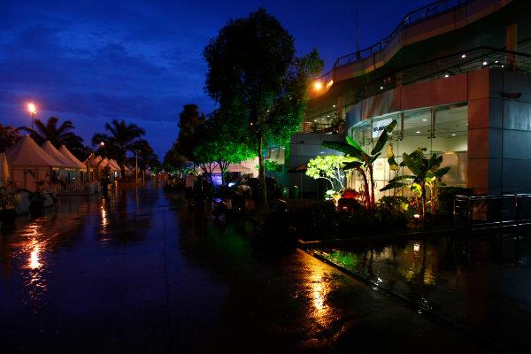 Sepang, Kuala Lumpur, Malaysia4th April 2009A downpour hits the paddock. Atmosphere.World Copyright: Charles Coates/LAT Photographicref: Digital Image _26Y6486
