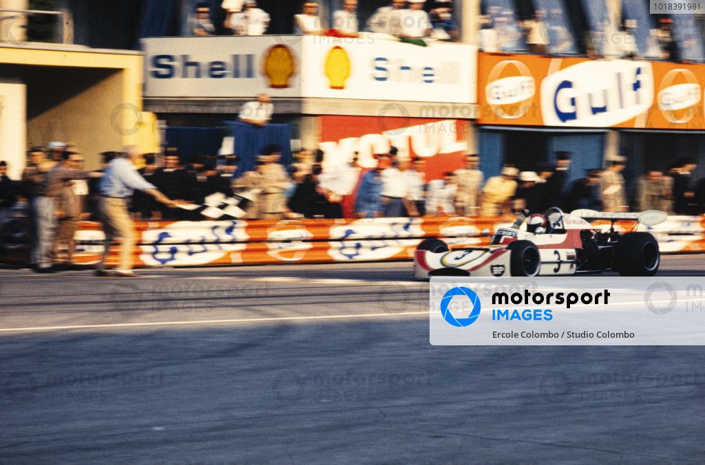 Roger Williamson, March 732 BMW, crosses the finish line and takes the chequered flag.
