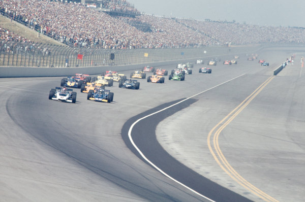 1971 USAC Indycar Series.Ontario, California, USA. 5th September 1971.Bobby Unser (Eagle-Offenhauser) leads Mark Donohue (McLaren-Offenhauser) into Turn 1.World Copyright: Murenbeeld/LAT Photographic