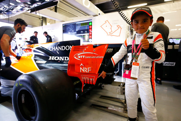 Silverstone, Northamptonshire, UK.  Sunday 16 July 2017. A young fan in the McLaren garage. World Copyright: Andy Hone/LAT Images  ref: Digital Image _ONZ6699