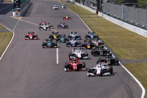 The start of round two at Suzuka. Nirei Fukuzumi, Docomo Team Dandelion Racing, Dallara SF19 Honda, leads the field