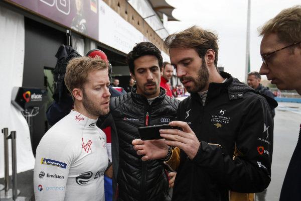 Sam Bird (GBR), Envision Virgin Racing, Lucas Di Grassi (BRA), Audi Sport ABT Schaeffler, Jean-Eric Vergne (FRA), DS TECHEETAH and Sylvain Filippi, Managing Director, Envision Virgin Racing watch footage of the track conditions on a phone