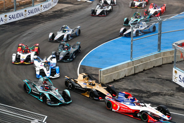 Jérôme d'Ambrosio (BEL), Mahindra Racing, M5 Electro leads Andre Lotterer (DEU), DS TECHEETAH, DS E-Tense FE19 and Mitch Evans (NZL), Panasonic Jaguar Racing, Jaguar I-Type 3 at the start