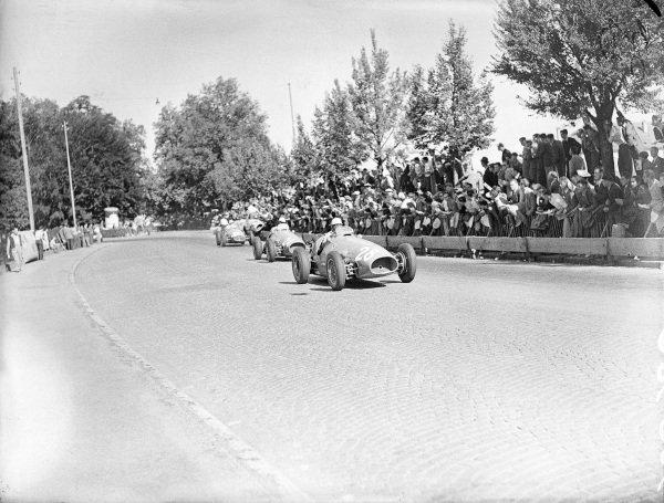Luigi Villoresi, Ferrari 500, leads Giuseppe Farina, Ferrari 500.
