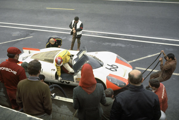 Le Mans, France. 28-29 September 1968.Dieter Spoerry/Rico Steinemann (Porsche 907/8), 2nd position, pit stop and driver change, action.World Copyright: LAT PhotographicRef: 68LM05