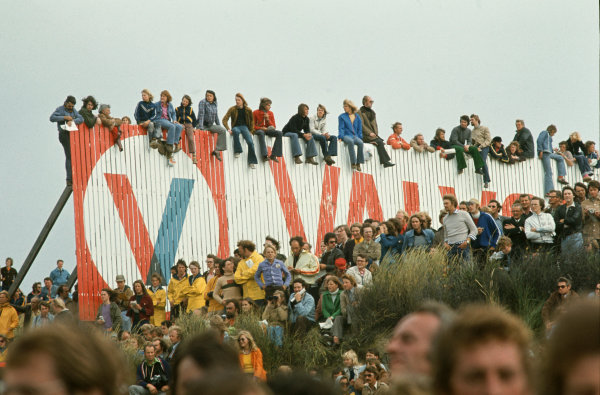 1973 Dutch Grand Prix.  Zandvoort, Netherlands. 27-29th July 1973.  Fans watch from the sand dunes and from the top of a Valvoline sign.  Ref: 73HOL66. World Copyright: LAT Photographic