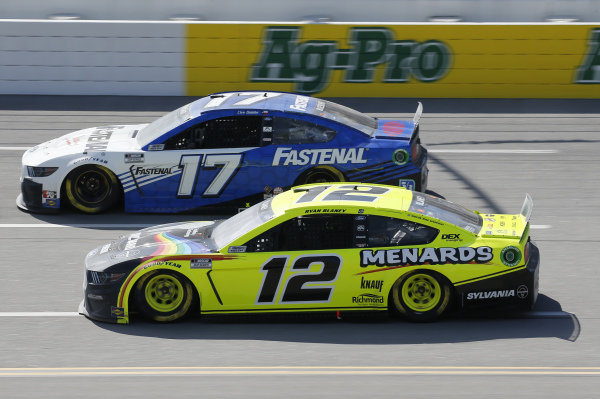 #12: Ryan Blaney, Team Penske, Ford Mustang Menards/Sylvania, #17: Chris Buescher, Roush Fenway Racing, Ford Mustang Fastenal