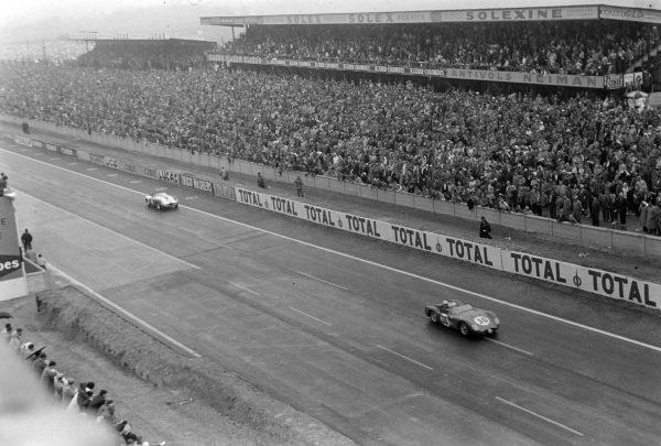 Claude Bourillot / Henri Perroud, Maserati 150 S, leads Francois Picard / Howard Hively / Robert Tappan, Jean Lucas, Ferrari 500 TR.
