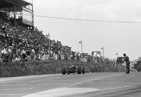 Pit signal for Winner Pedro Rodrigeuz tells him he's leading with 5 laps to go South African GP, Kyalami, 2 January 1967