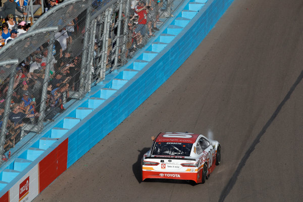 Monster Energy NASCAR Cup Series Can-Am 500 Phoenix Raceway, Avondale, AZ USA Sunday 12 November 2017 Matt Kenseth, Joe Gibbs Racing, XFINITY Team USA Toyota Camry, victory lap, fans World Copyright: Michael L. Levitt LAT Images