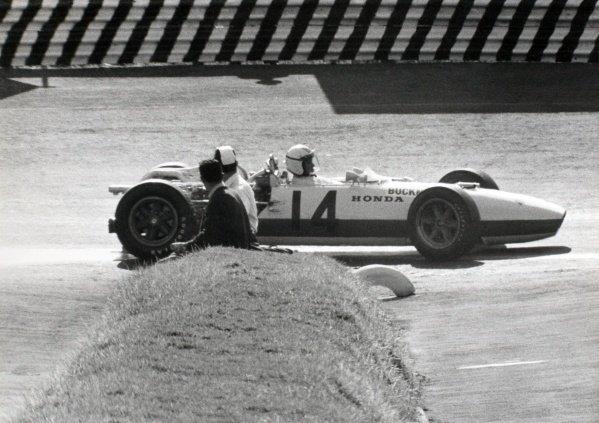 1966 Mexican Grand Prix.Mexico City, Mexico. 23 October 1966.Ronnie Bucknum, Honda RA273, 8th position, action.World Copyright: LAT PhotographicRef: Motor b&w print
