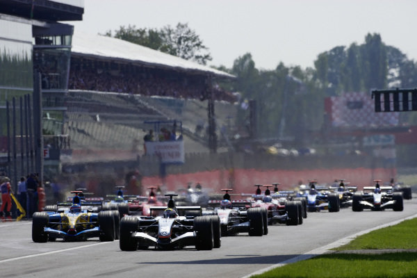 Juan Pablo Montoya, McLaren MP4-20 Mercedes leads Fernando Alonso, Renault R25 and Jenson Button, BAR 007 Honda at the start.