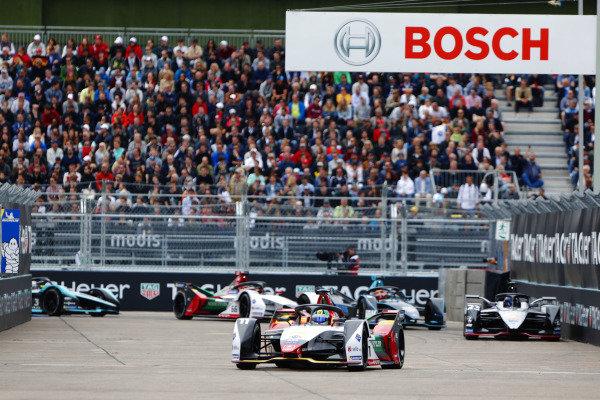 Lucas Di Grassi (BRA), Audi Sport ABT Schaeffler, Audi e-tron FE05, leads Sébastien Buemi (CHE), Nissan e.Dams, Nissan IMO1, and Stoffel Vandoorne (BEL), HWA Racelab, VFE-05