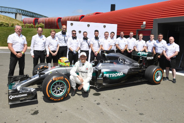 Esteban Gutierrez, Mercedes-Benz F1 W07 Hybrid and Mercedes F1 Team mechanics pose for a photograph