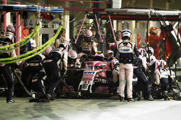 Esteban Ocon, Racing Point Force India VJM11, makes a pit stop