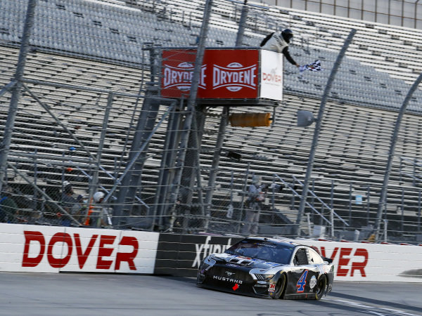 #4: Kevin Harvick, Stewart-Haas Racing, Ford Mustang Mobil 1 takes the checkered flag