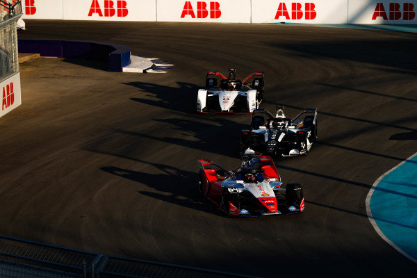 Jérôme d'Ambrosio (BEL), Mahindra Racing, M6Electro leads Brendon Hartley (NZL), GEOX Dragon, Penske EV-4 and and Neel Jani (CHE), Tag Heuer Porsche, Porsche 99x Electric