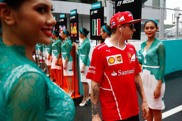 Sepang International Circuit, Sepang, Malaysia. Sunday 01 October 2017. Kimi Raikkonen, Ferrari, walks through a corridor of grid girls. World Copyright: Andy Hone/LAT Images  ref: Digital Image _ONY4452