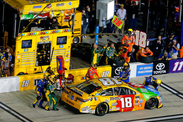 2017 NASCAR Monster Energy Cup - Can-Am Duels Daytona International Speedway, Daytona Beach, FL USA Thursday 23 February 2017 Kyle Busch, M&M's Toyota Camry pit stop World Copyright: Russell LaBounty/LAT Images ref: Digital Image 17DAY2rl_01909