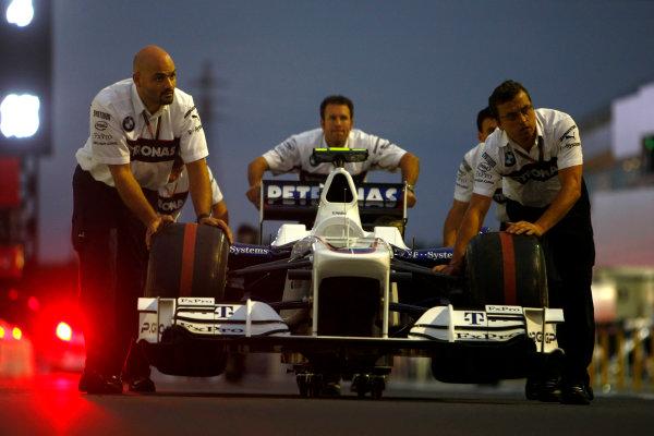 Suzuka Circuit, Suzuka, Japan.1st October 2009.Mechanics push the car of Nick Heidfeld, BMW Sauber F1 09 in the pit lane.World Copyright: Charles Coates/LAT Photographicref: Digital Image _26Y8728