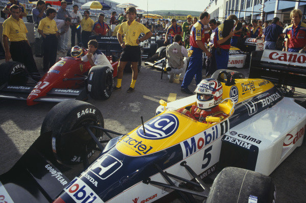 Jerez, Spain. 25-27 September 1987. Nigel Mansell (Williams FW11B Honda) and Michele Alboreto (Ferrari F187) wait in the pits. Ref: 87 ESP 28. World Copyright - LAT Photographic
