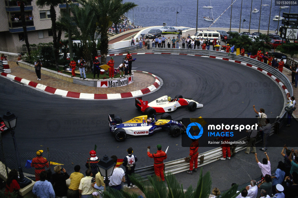 Marshals and fans salute race winner Ayrton Senna, McLaren MP4-7A Honda, and 2nd position Nigel Mansell, Williams FW14B Renault, on the slowing down lap.