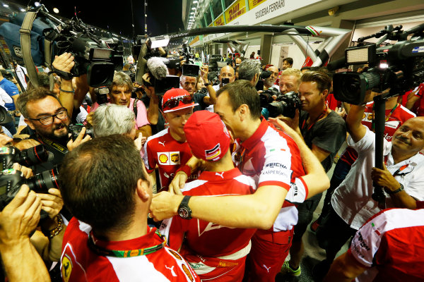 Marina Bay Circuit, Singapore. Sunday 20 September 2015. Kimi Raikkonen, Ferrari, and Sebastian Vettel, Ferrari, celebrate with the Ferrari team. World Copyright: Alastair Staley/LAT Photographic. ref: Digital Image _R6T7586