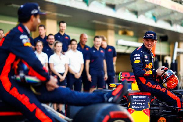 Yas Marina Circuit, Abu Dhabi, United Arab Emirates. Sunday 26 November 2017. Daniel Ricciardo, Red Bull Racing, and Max Verstappen, Red Bull, with the Red Bull team. World Copyright: Andy Hone/LAT Images  ref: Digital Image _ONY2626