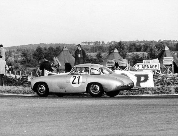 Le Mans, France. 14-15 June 1952. Hermann Lang/Fritz Riess (Mercedes-Benz 300SL), 1st position, action. World Copyright: LAT Photographic