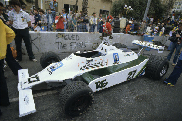 Long Beach, California, USA. 6 - 8 April 1979.Alan Jones (Williams FW05-Ford), 3rd position, car in the pits with Ross Brawn keeping guard, portrait.World Copyright: LAT Photographic.Ref: 35mm Colour Transparency