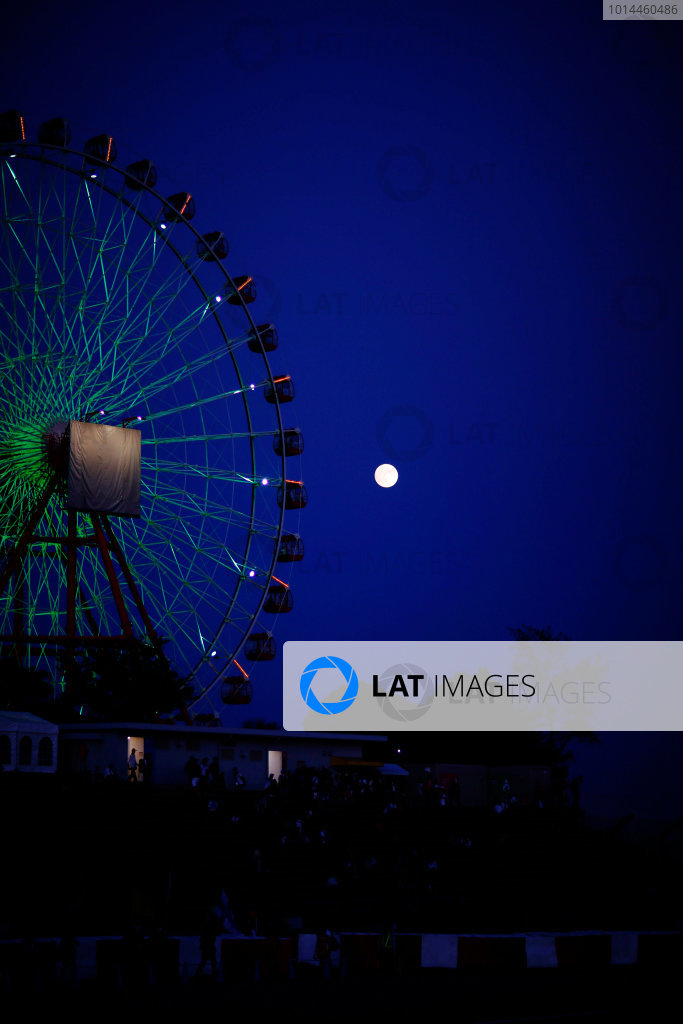 Suzuka Circuit, Suzuka, Japan.  Sunday 27 September 2015. he moon rises behind the Ferris Wheel after the race. World Copyright: Alastair Staley/LAT Photographic ref: Digital Image _79P8585