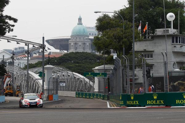 2015 TCR International Series Round 9. Marina Bay Circuit, Singapore. Friday 18 September 2015. Gianni Morbidelli, No.10 Westcoast Racing. World Copyright: Sam Bloxham/LAT Photographic. ref: Digital Image _G7C3346