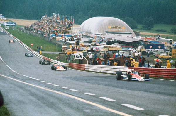 Osterreichring, Zeltweg, Austria. 13-15 August 1976.  John Watson (Penske PC4-Ford), 1st position, leads James HUnt (McLaren M23-Ford), 4th position at the start of the race, action.  World Copyright: LAT Photographic . Ref: 76 AUT 04.