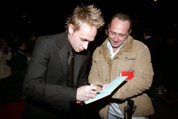 2007 Autosport Awards Grosvenor House Hotel, Park Lane, London 2nd December 2007. Adam Carroll signs an autograph. World Copyright: Drew Gibson/LAT Photographic ref: Digtal Image MU4Z2471