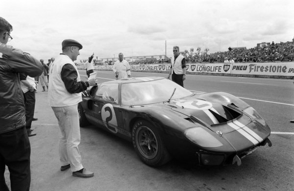 Bruce McLaren / Chris Amon, Shelby American Inc., Ford Mk II, leaves the pits.